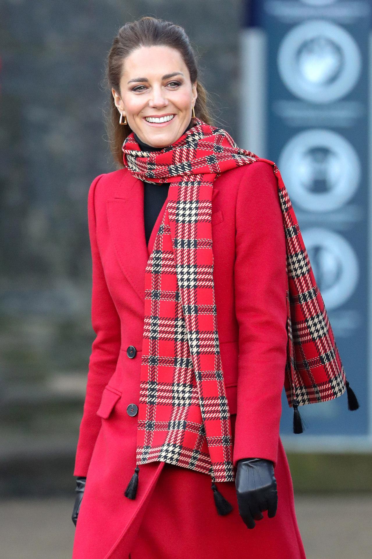 Kate Middleton w czerwonym płaszczu, fot. Forum