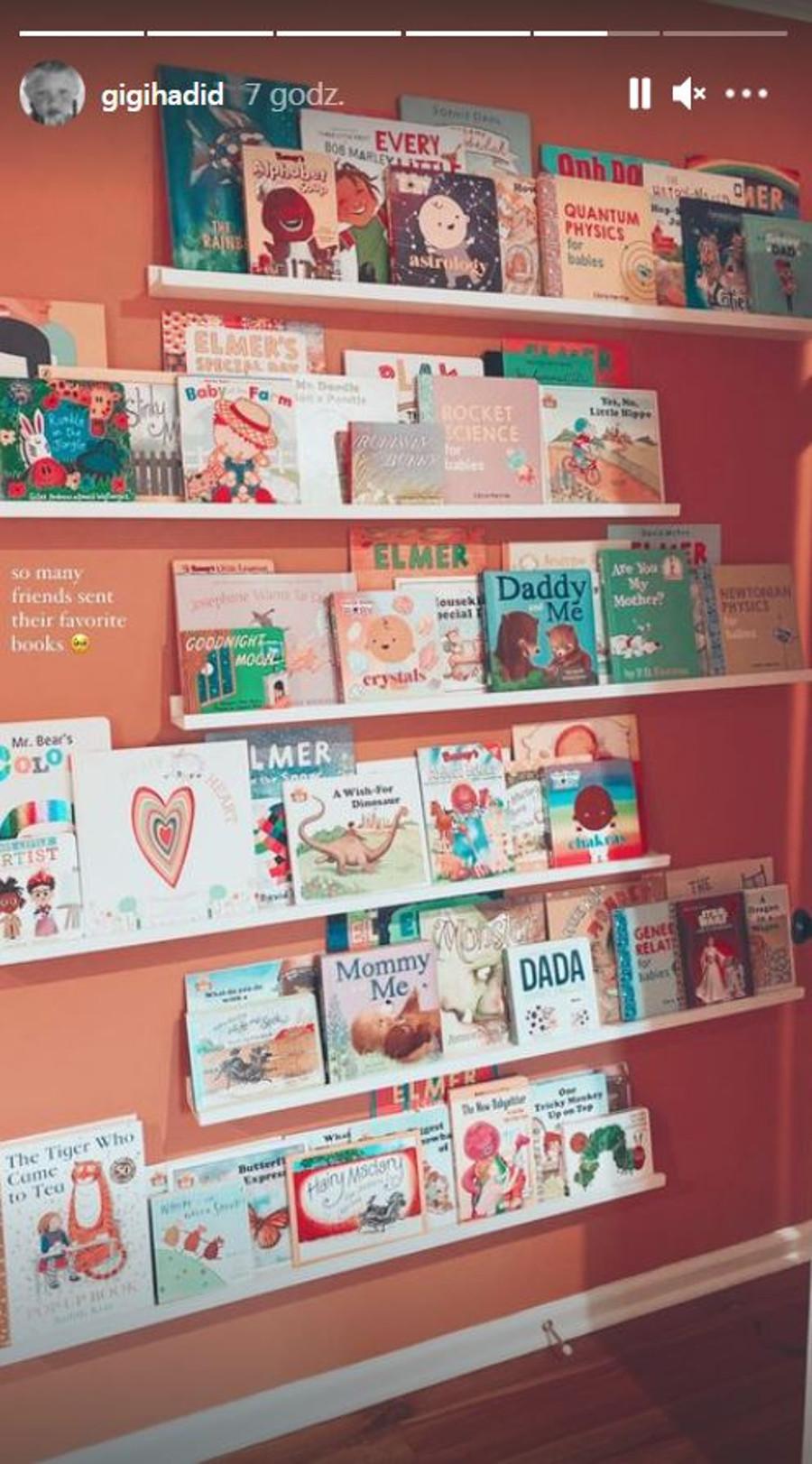 Ściana z książkami w pokoju córki Gigi Hadid.