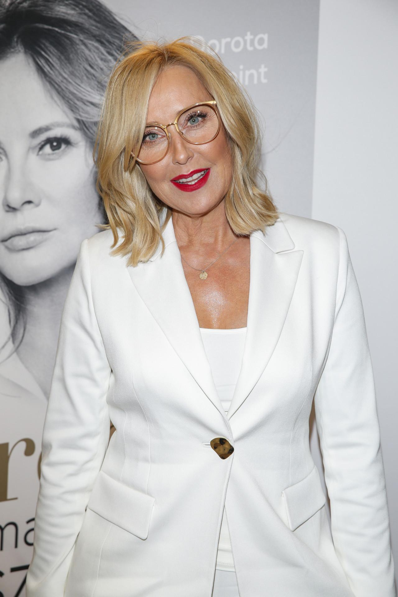 Agata Młynarska w białym garniturze