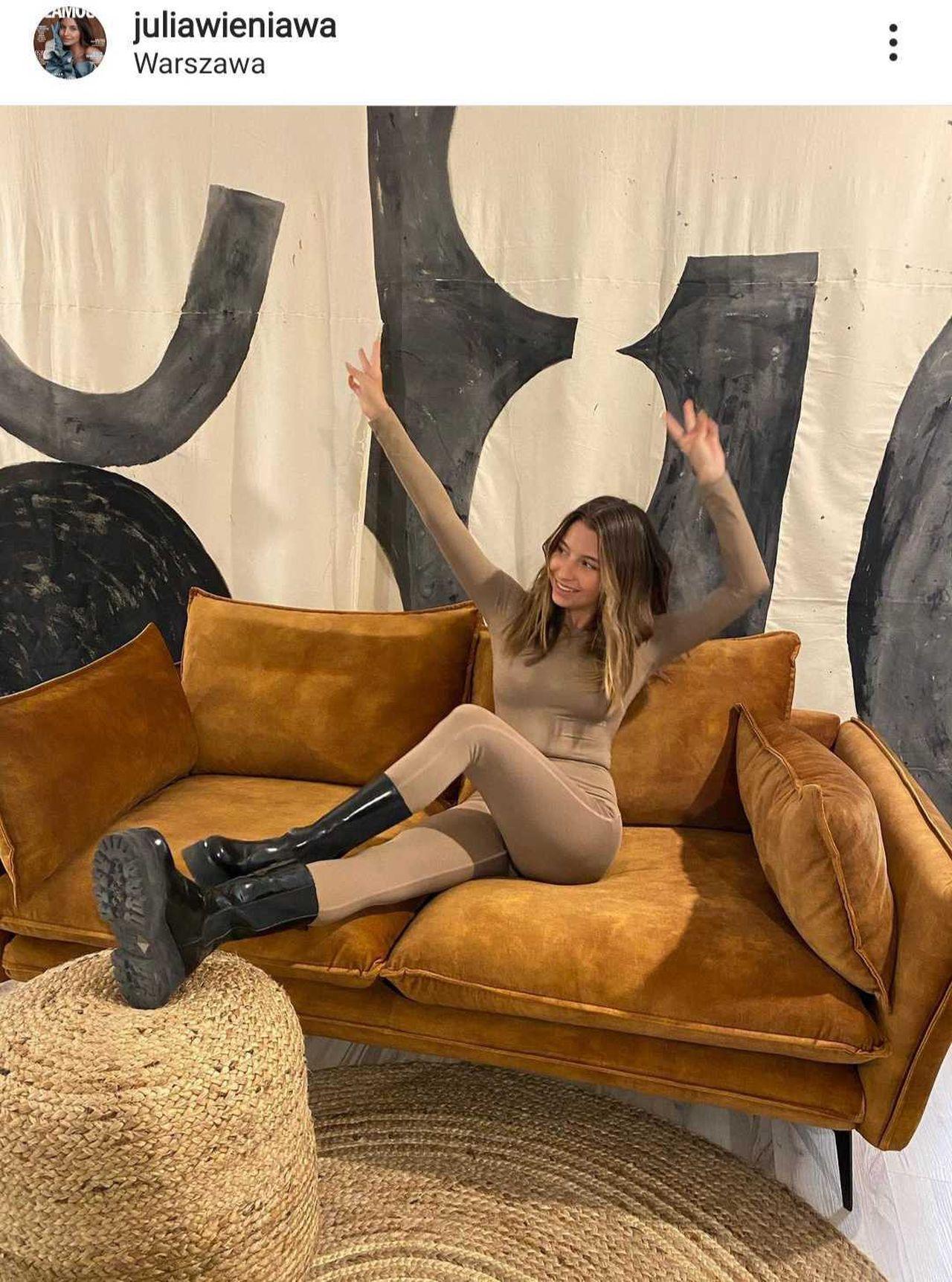 Julia Wieniawa na kanapie