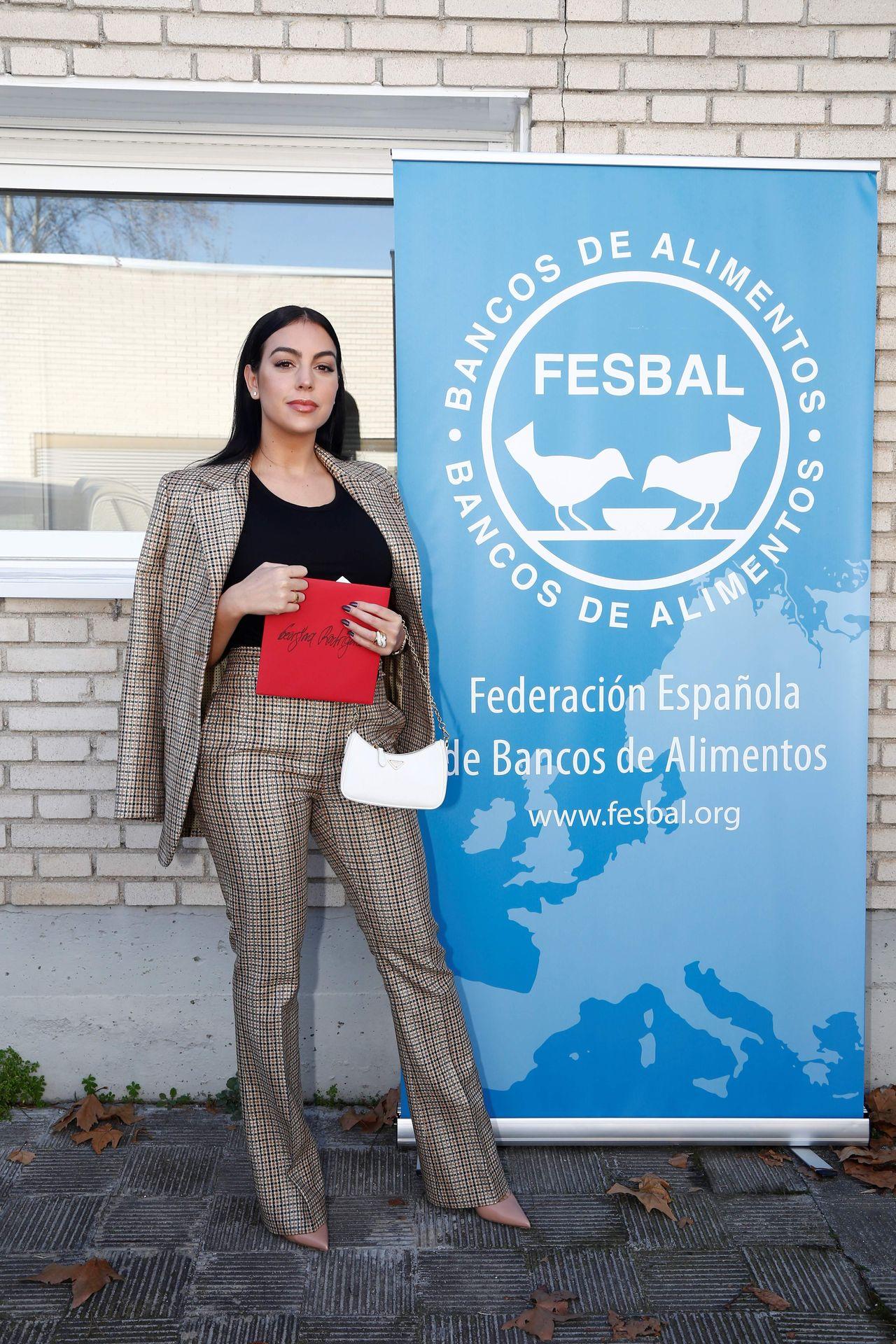 Georgina Rodriguez wręcza czek
