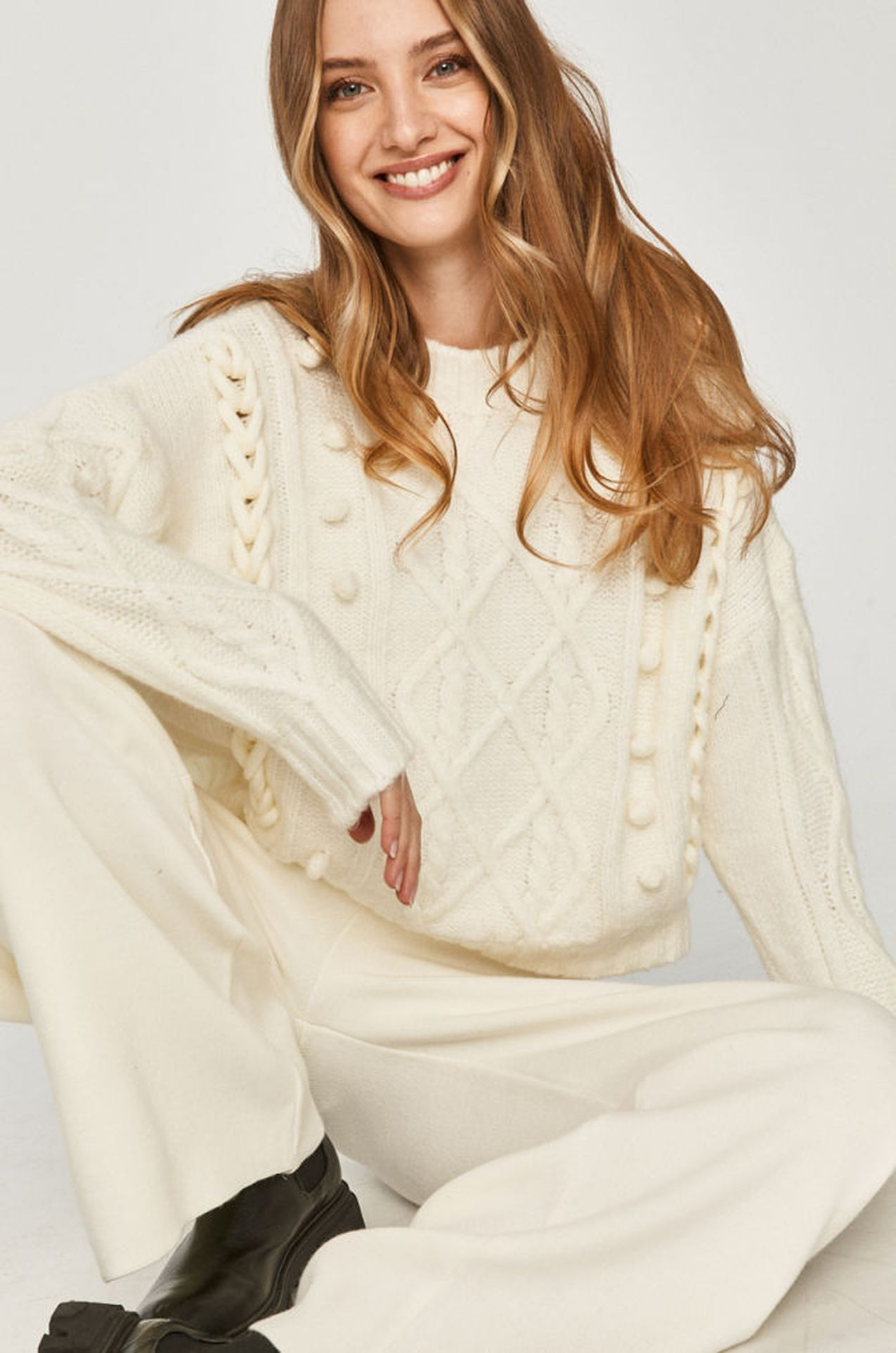 Biały sweter na zimę