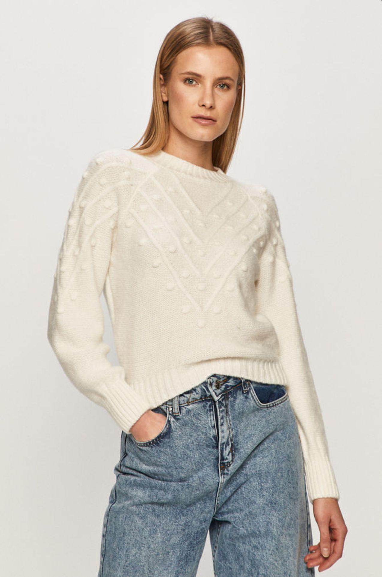 Modelka w białym swetrze