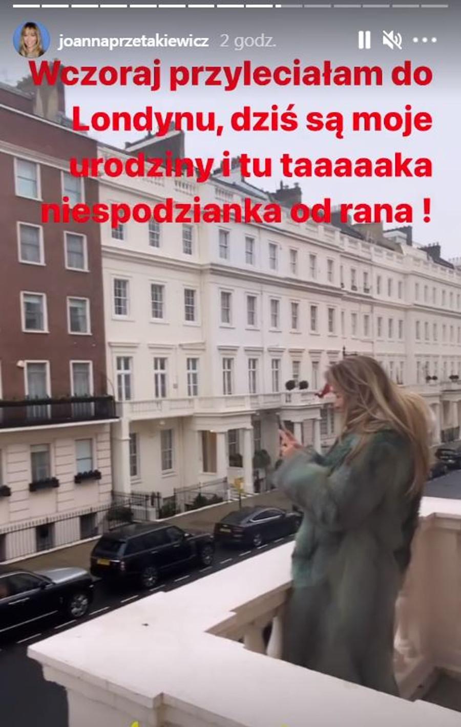 Joanna Przetakiewicz podziwia prezent od męża z balkonu.