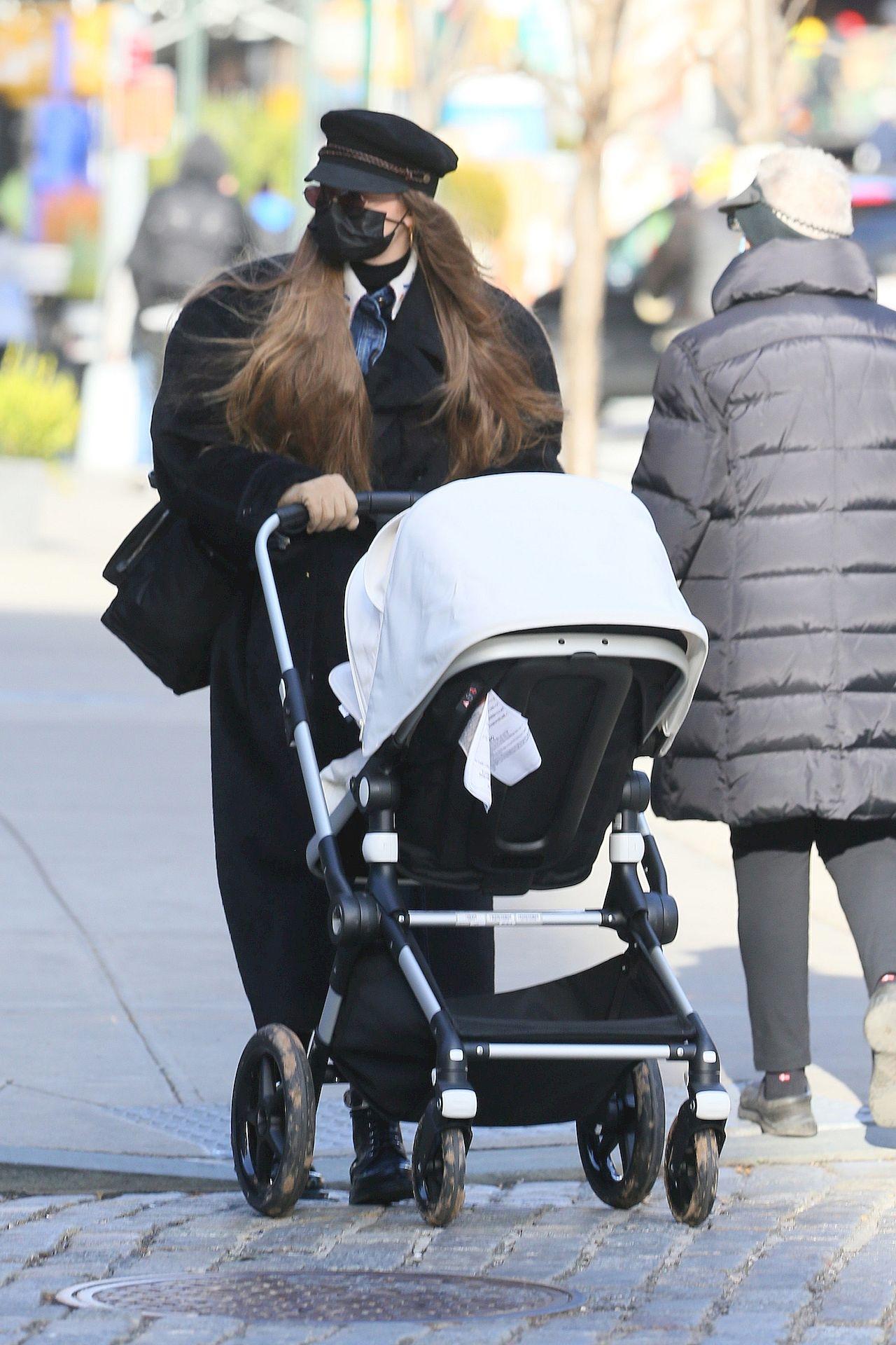 Gigi Hadid z córką na spacerze.