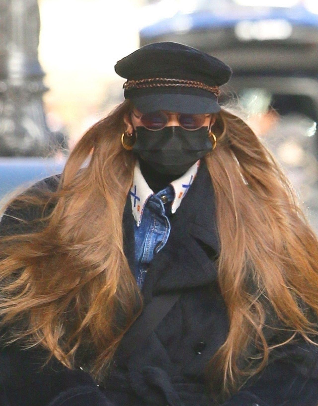 Zamaskowana Gigi Hadid w masce i okularach.
