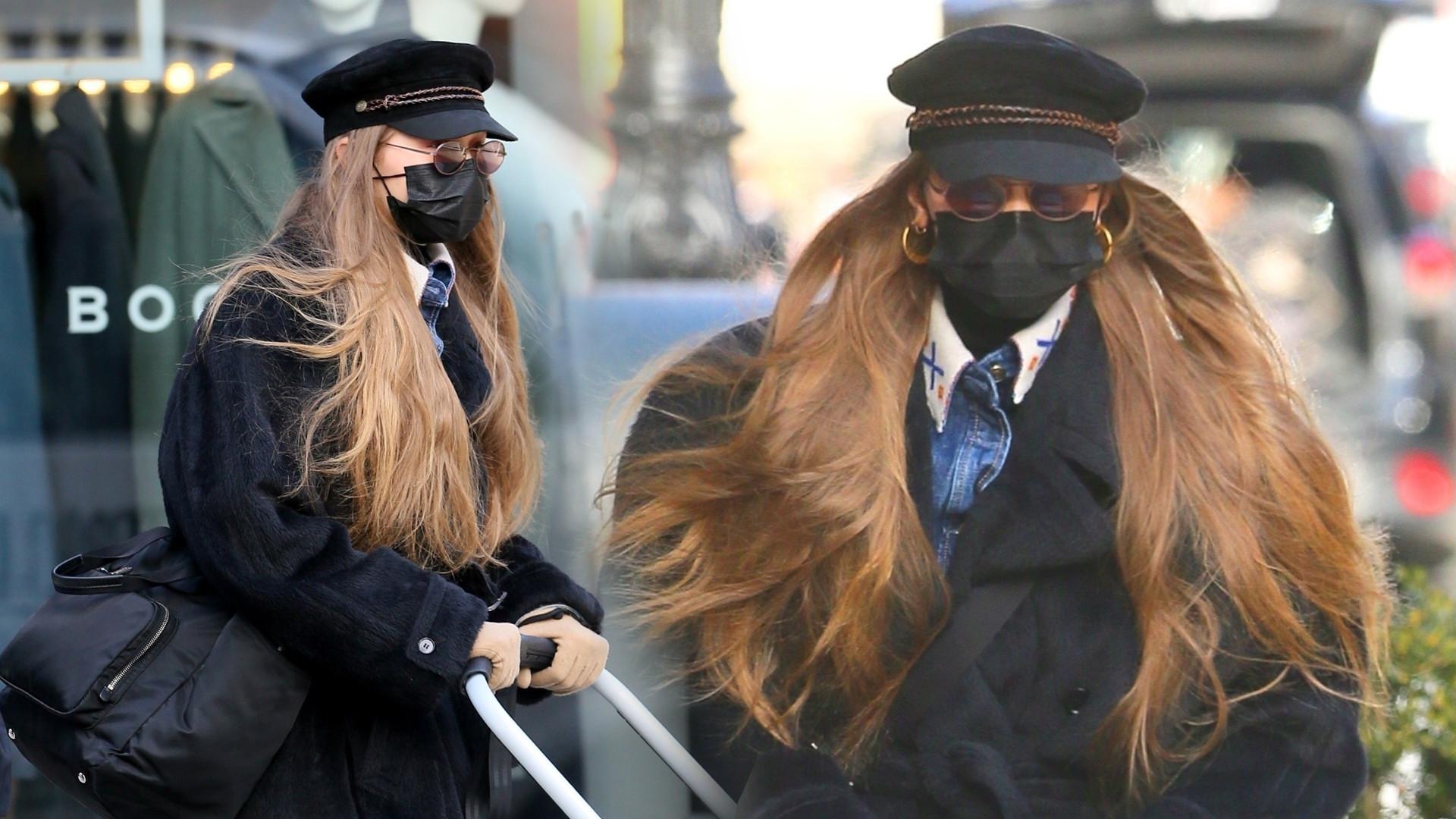 Gigi Hadid PIERWSZY raz sfotografowana na spacerze z córką (ZDJĘCIA)