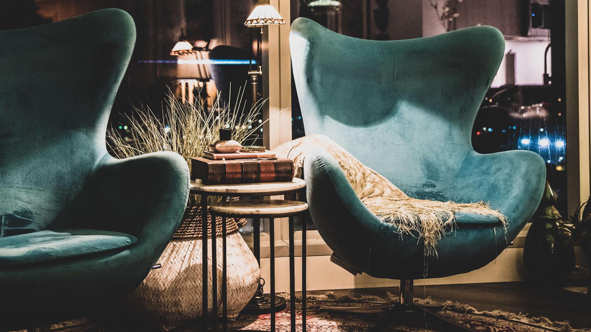Fotele do salonu w stylu glamour – jak je wybrać?