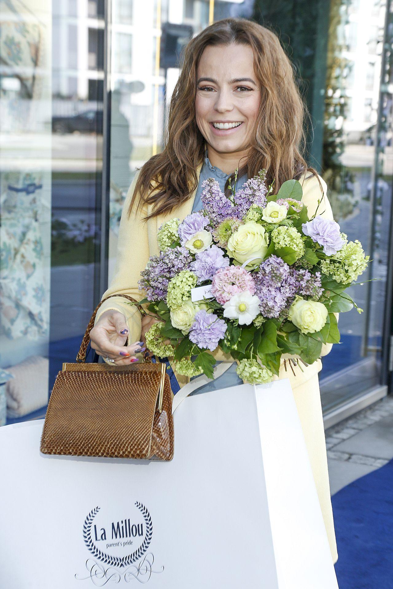 Anna Mucha z bukietem kwiatów