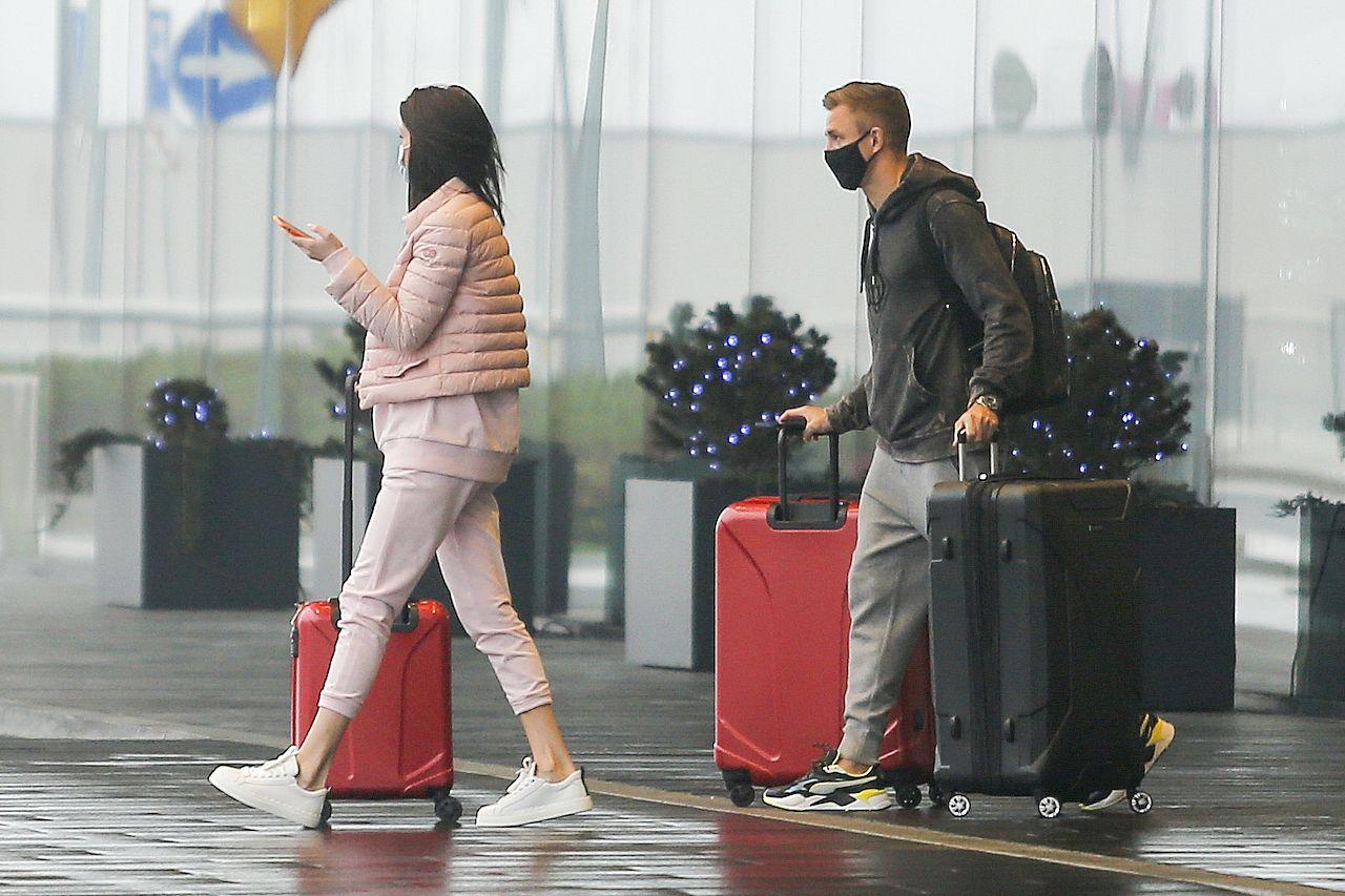 Magdalena Stępień i Jakub Rzeźniczak na lotnisku.