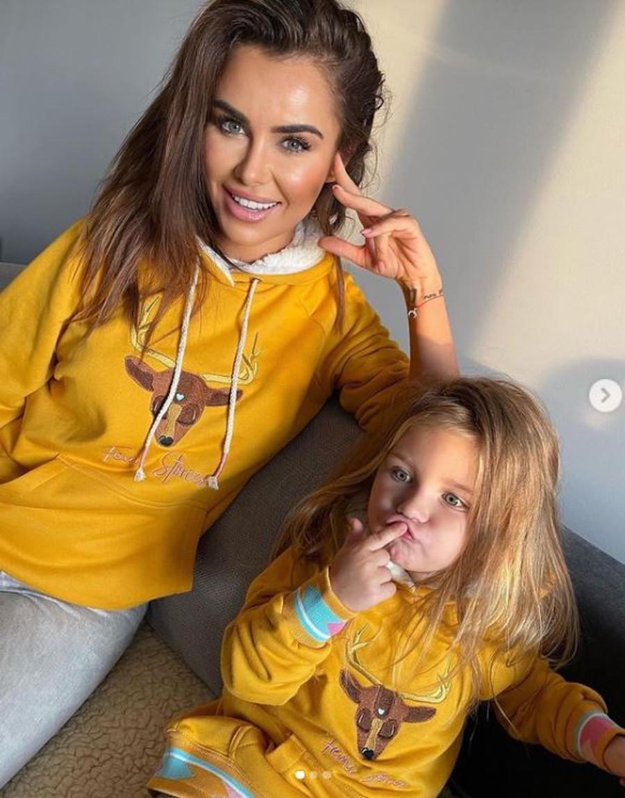 Natalia Siwiec z córką w pasujących swetrach.