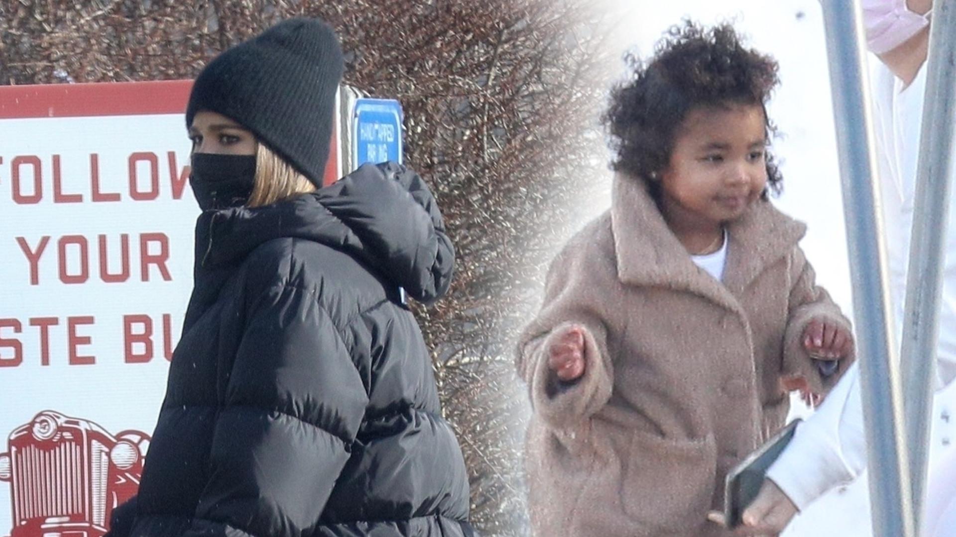 Khloe Kardashian z córką w Bostonie. Wszyscy patrzyli na jej DŁOŃ (ZDJĘCIA)