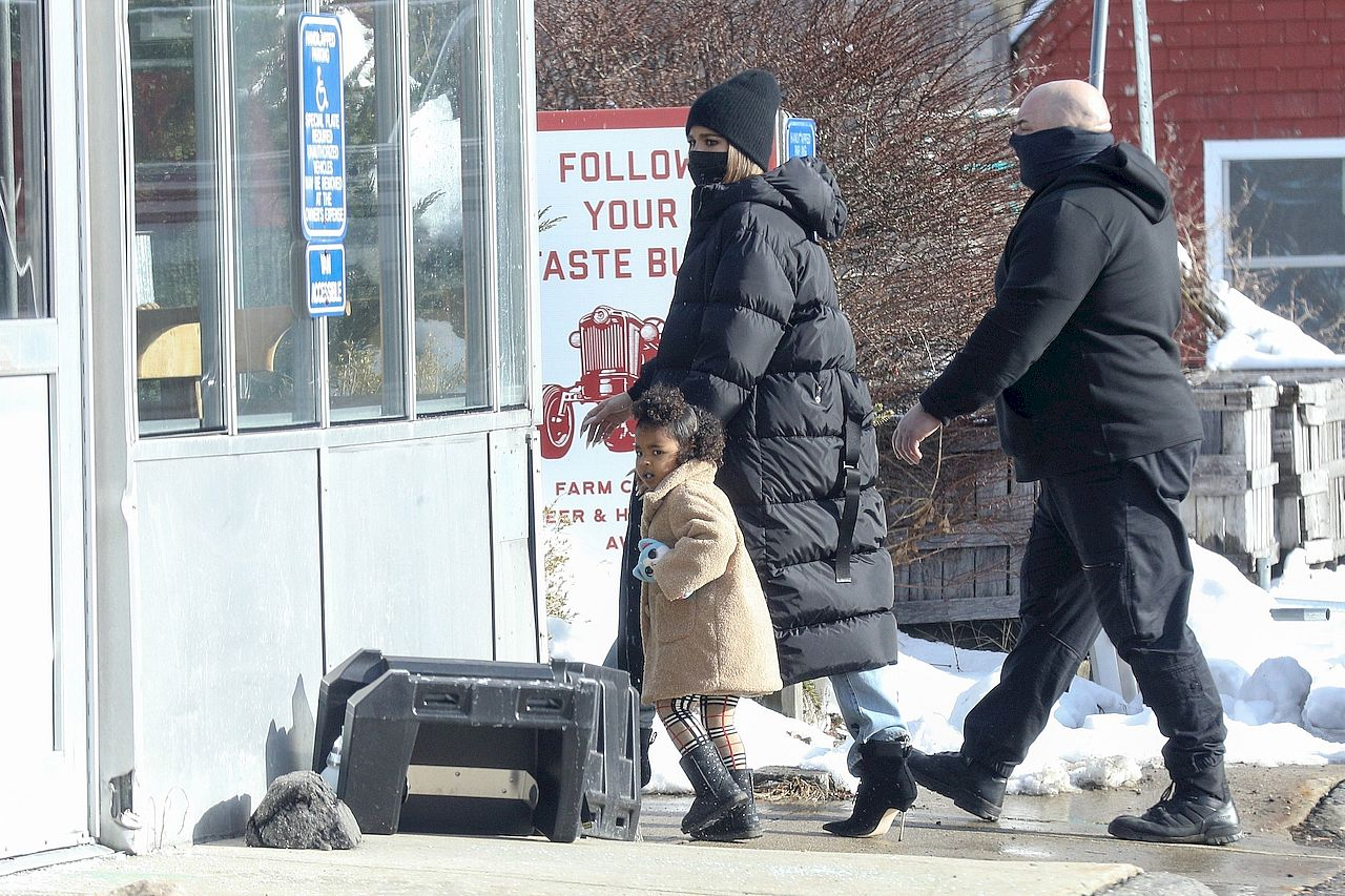 Khloe Kardashian ciepło ubrana z True w Bostonie.