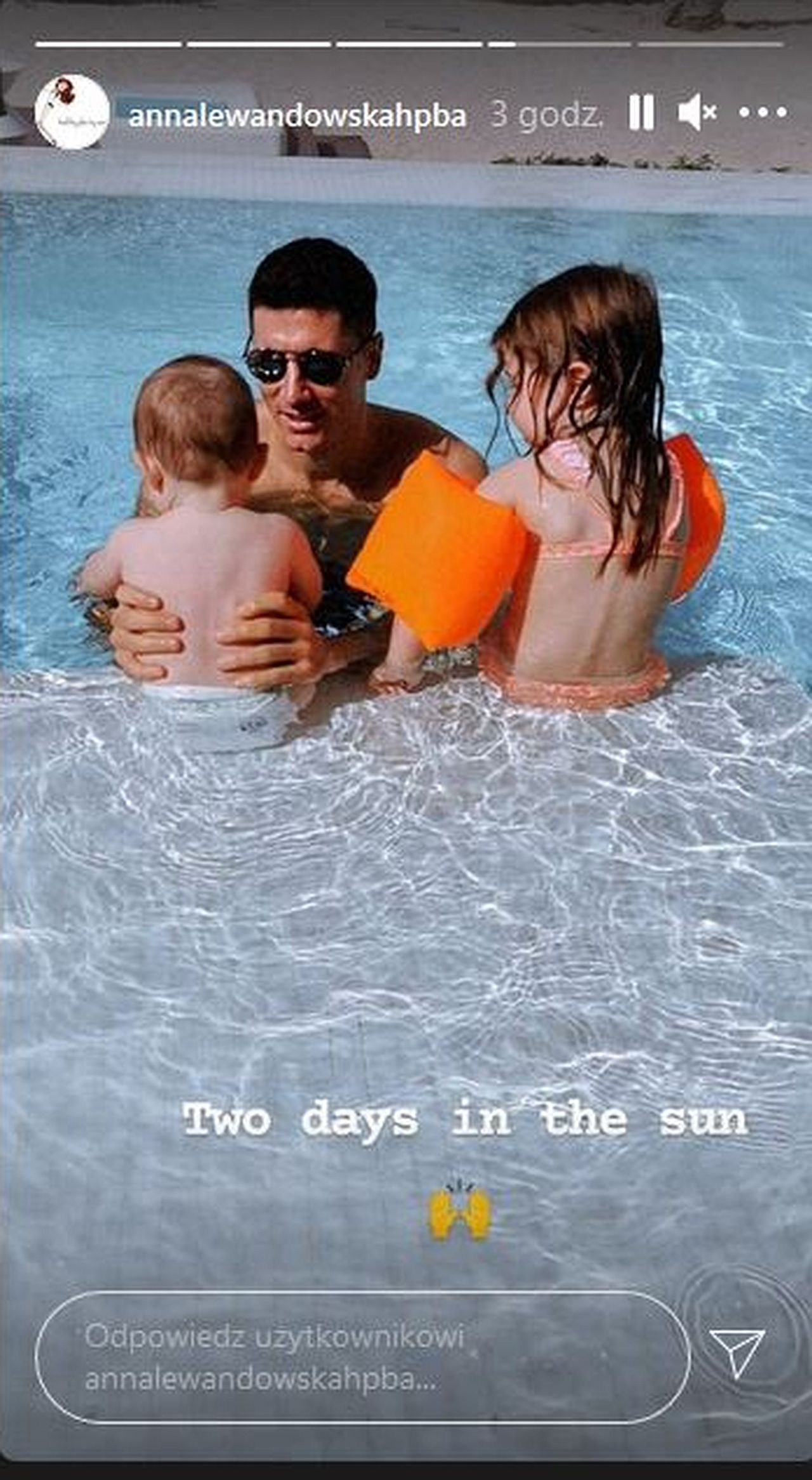 Robert Lewandowski na basenie z córkami