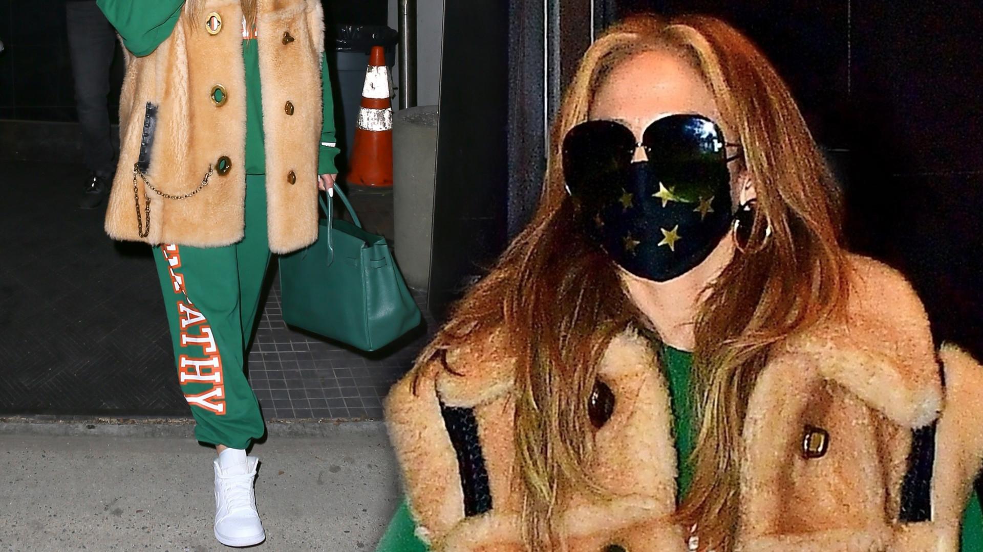 Jennifer Lopez w dresie i FUTRZANEJ kamizelce (FOTO)