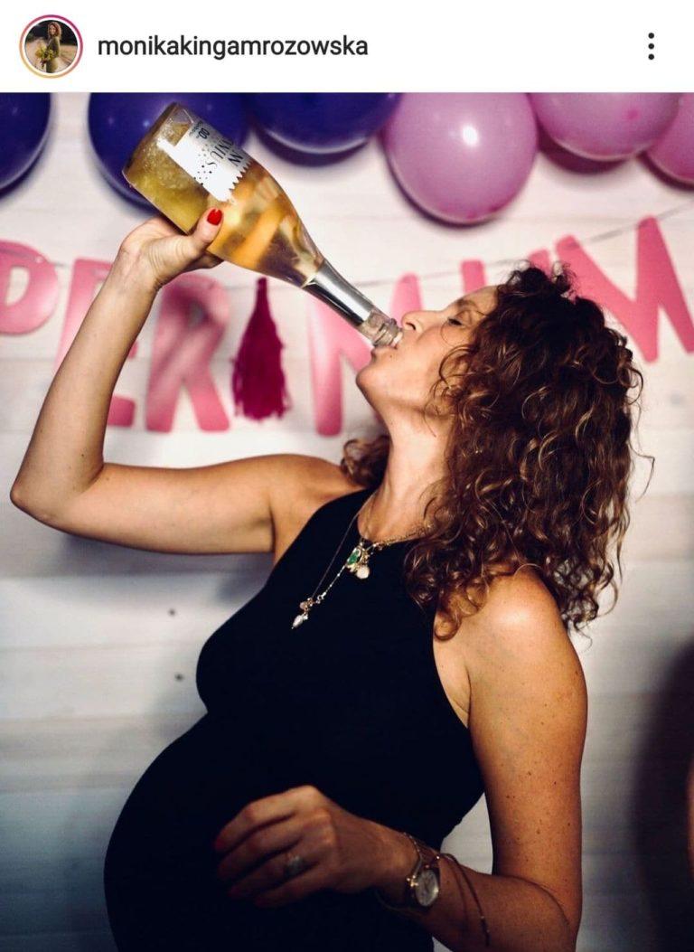 Monika Mrozowska z bezalkoholowym szampanem