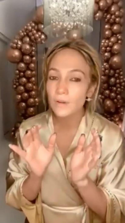 Jennifer Lopez robi demakijaż twarzy na oczach fanów.