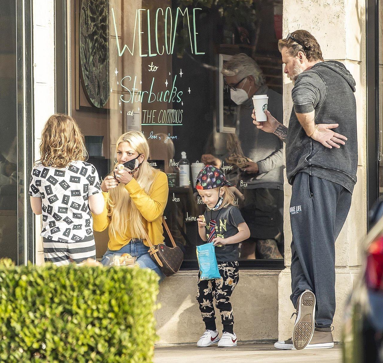 Tori Spelling z mężem i dziećmi