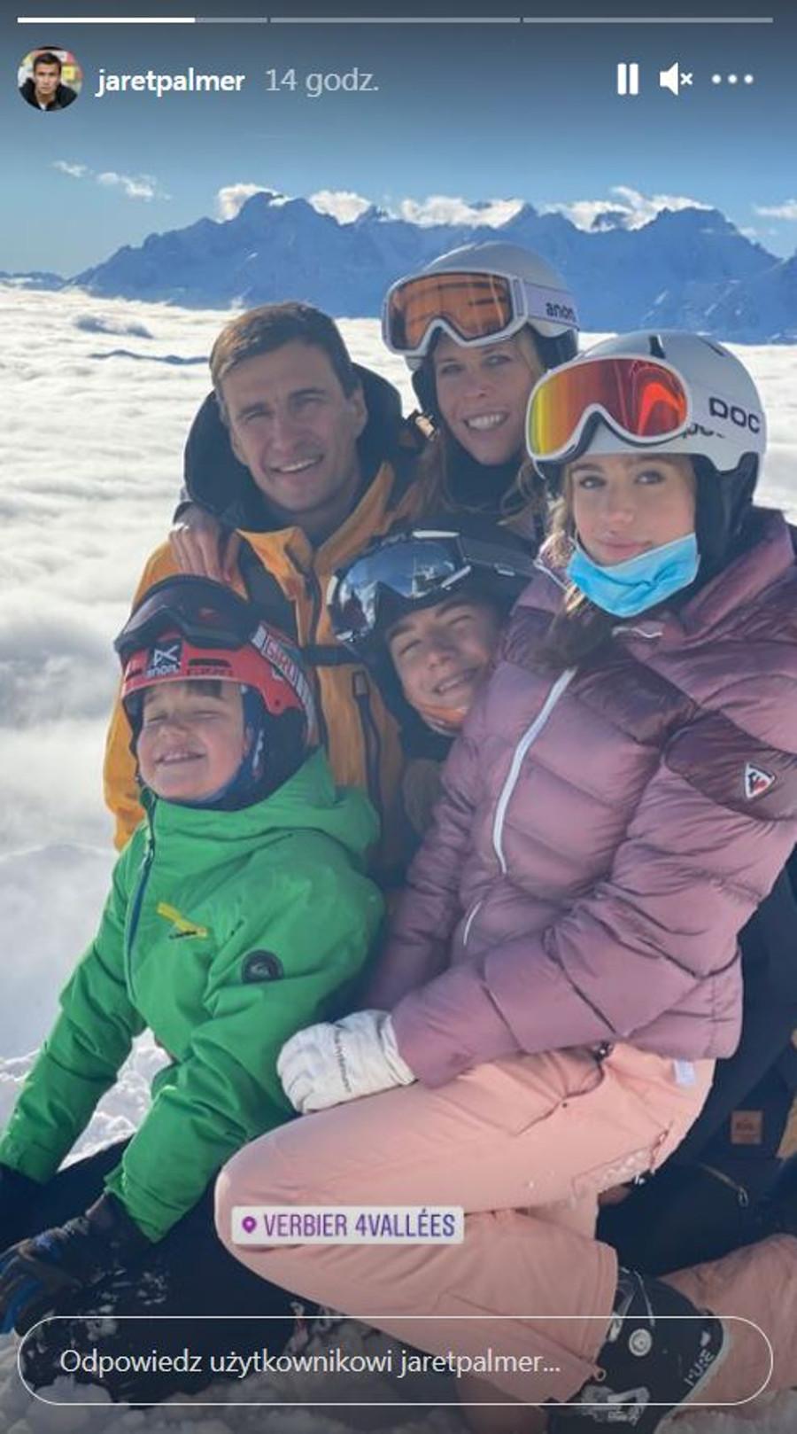 Jarosław Bieniuk z dziećmi i nową partnerką na nartach.