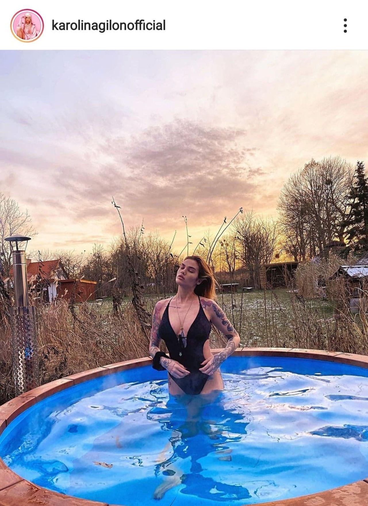 Karolina Gilon w kostiumie kąpielowym