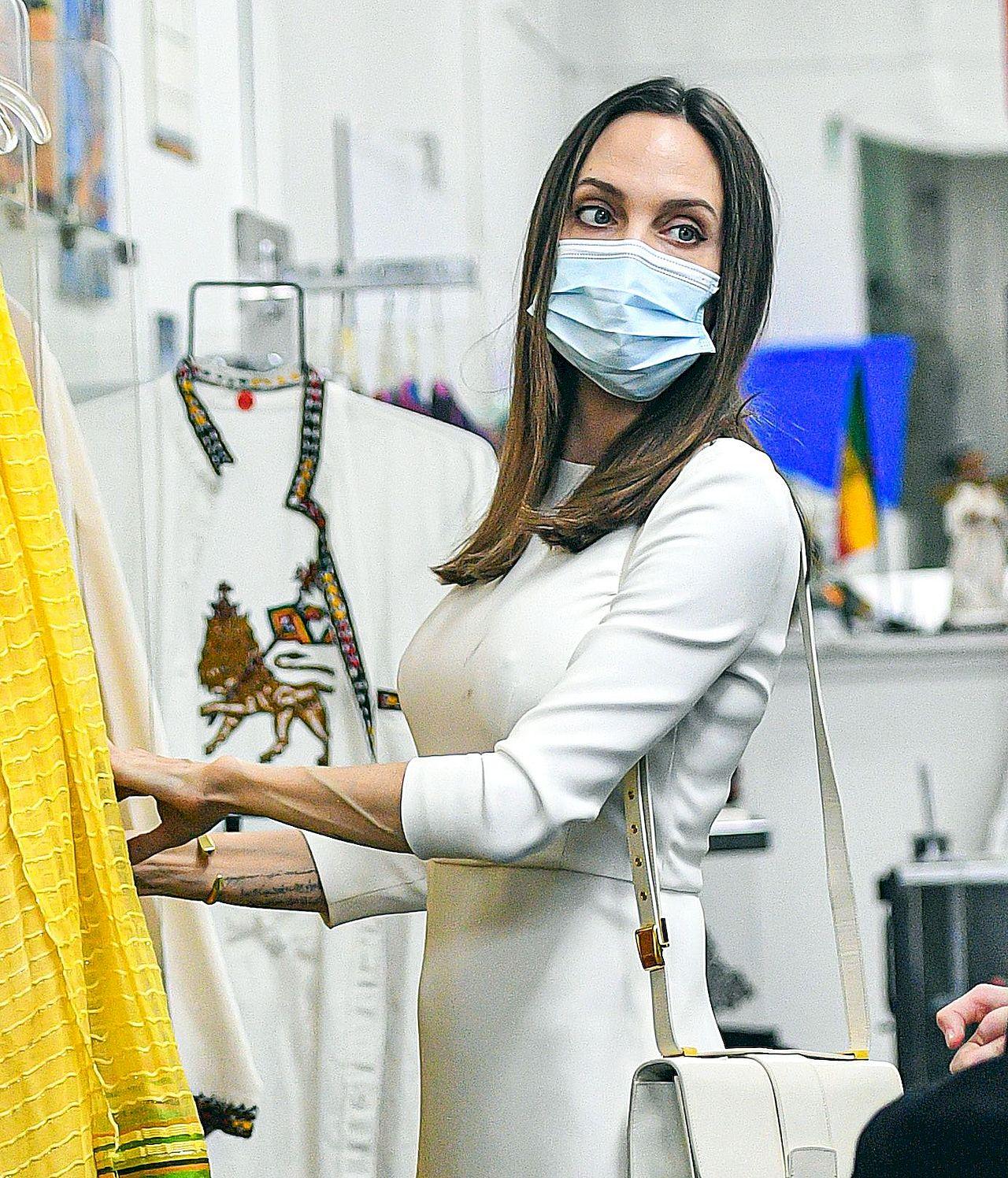 Angelina Jolie w maseczce