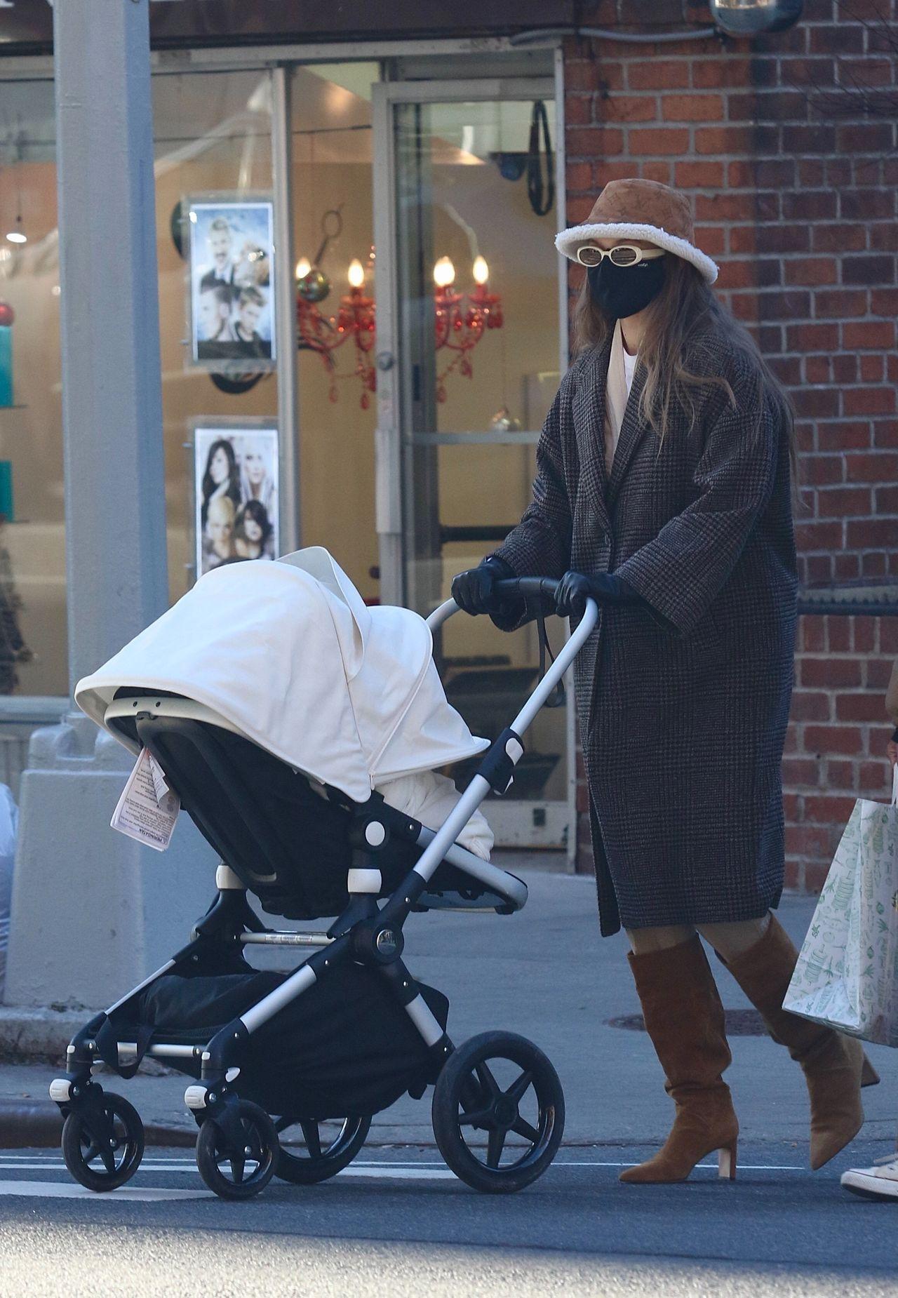 Gigi Hadid na spacerze z córką w wózku