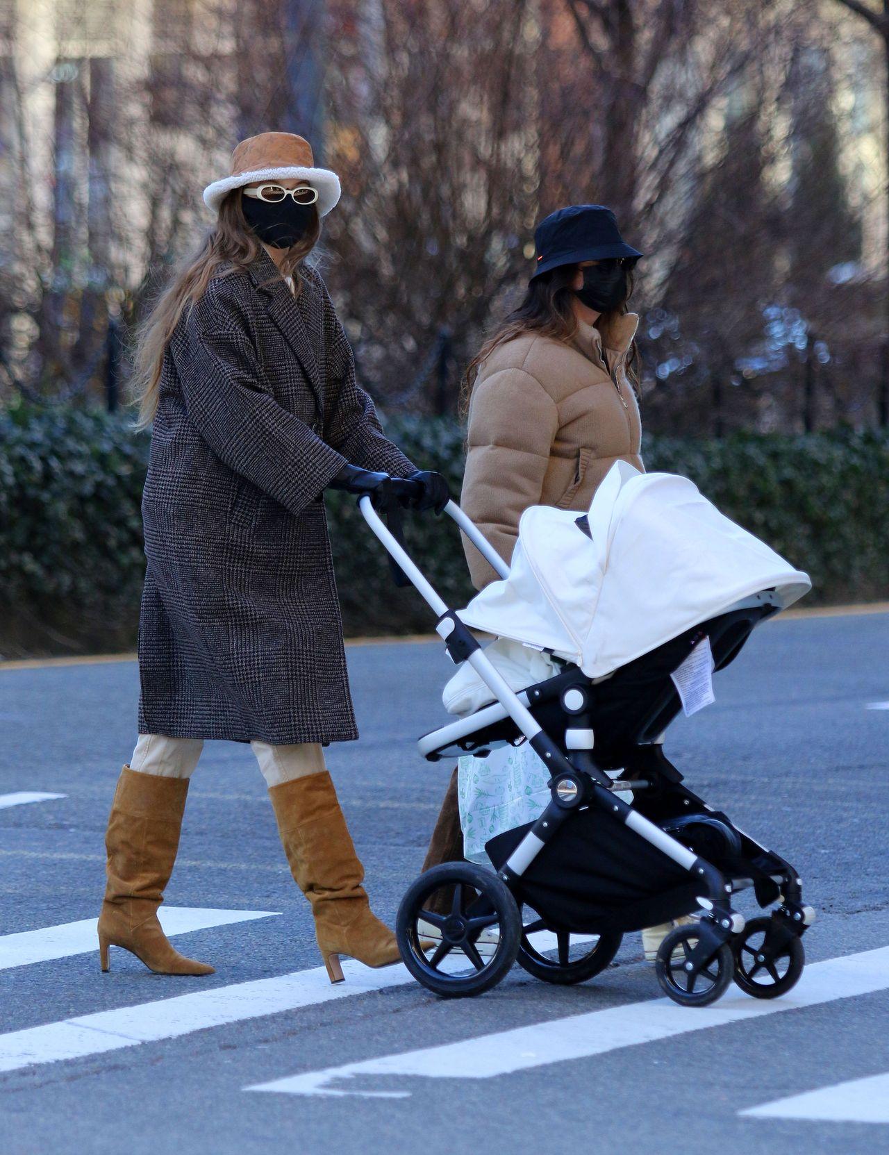 Gigi Hadid na spacerze z córką i koleżanką