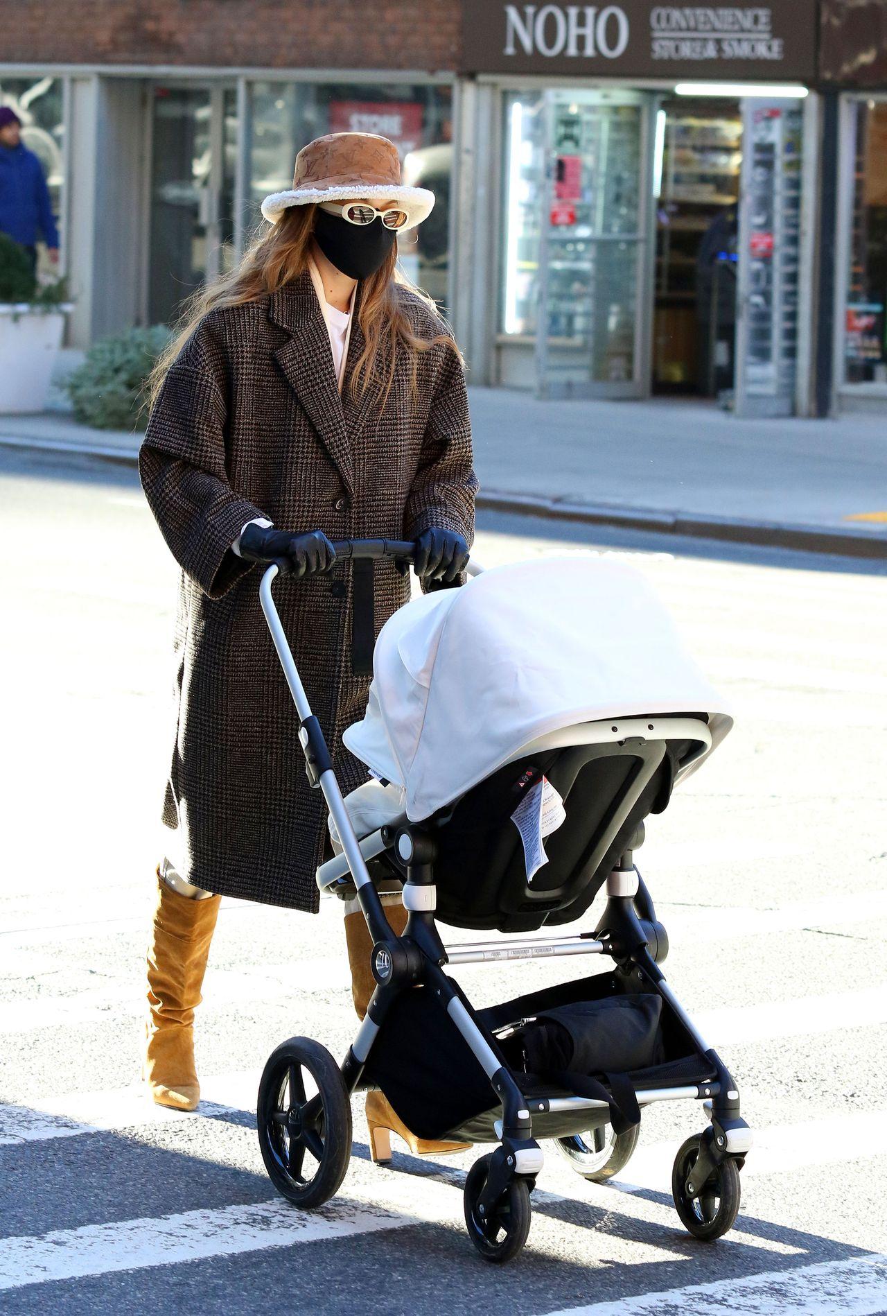 Gigi Hadid wiezie córkę w wózku.