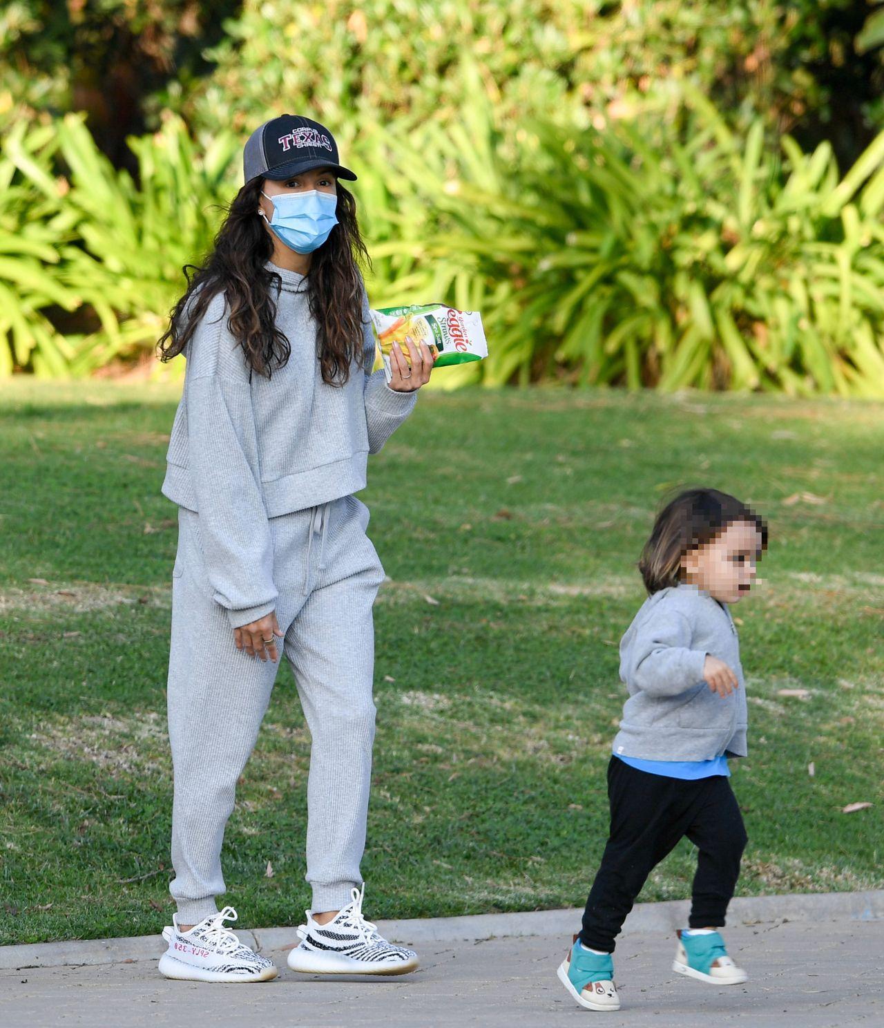 Eva Longoria z synem w parku