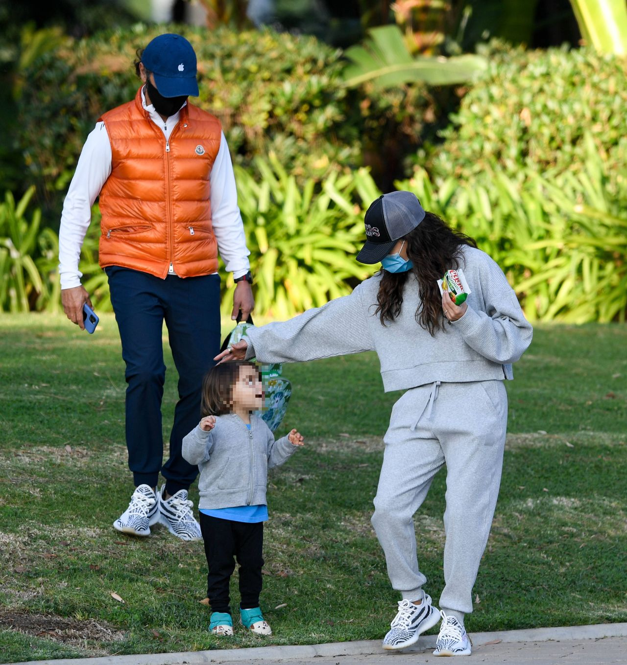 Eva Longoria z mężem i synem w parku