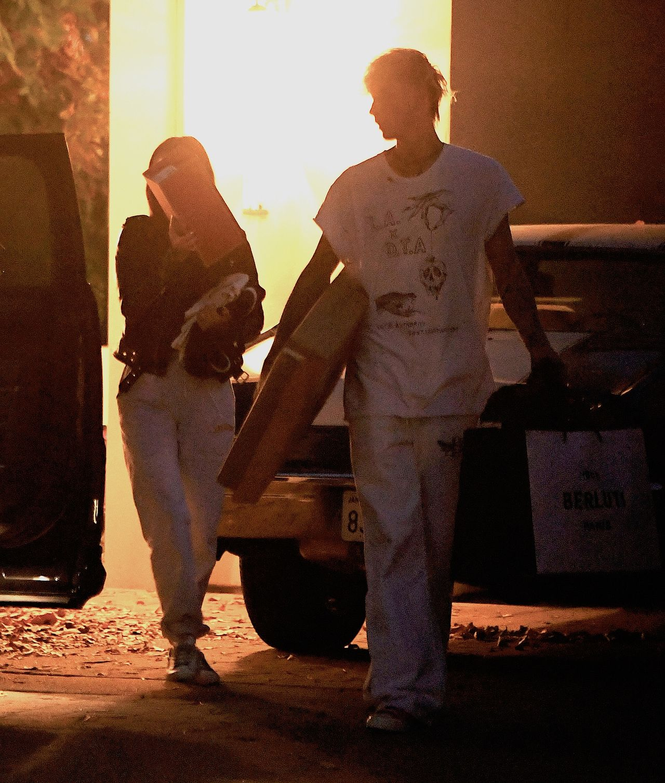 Machine Gun Kelly i Megan Fox niosą rzeczy do auta
