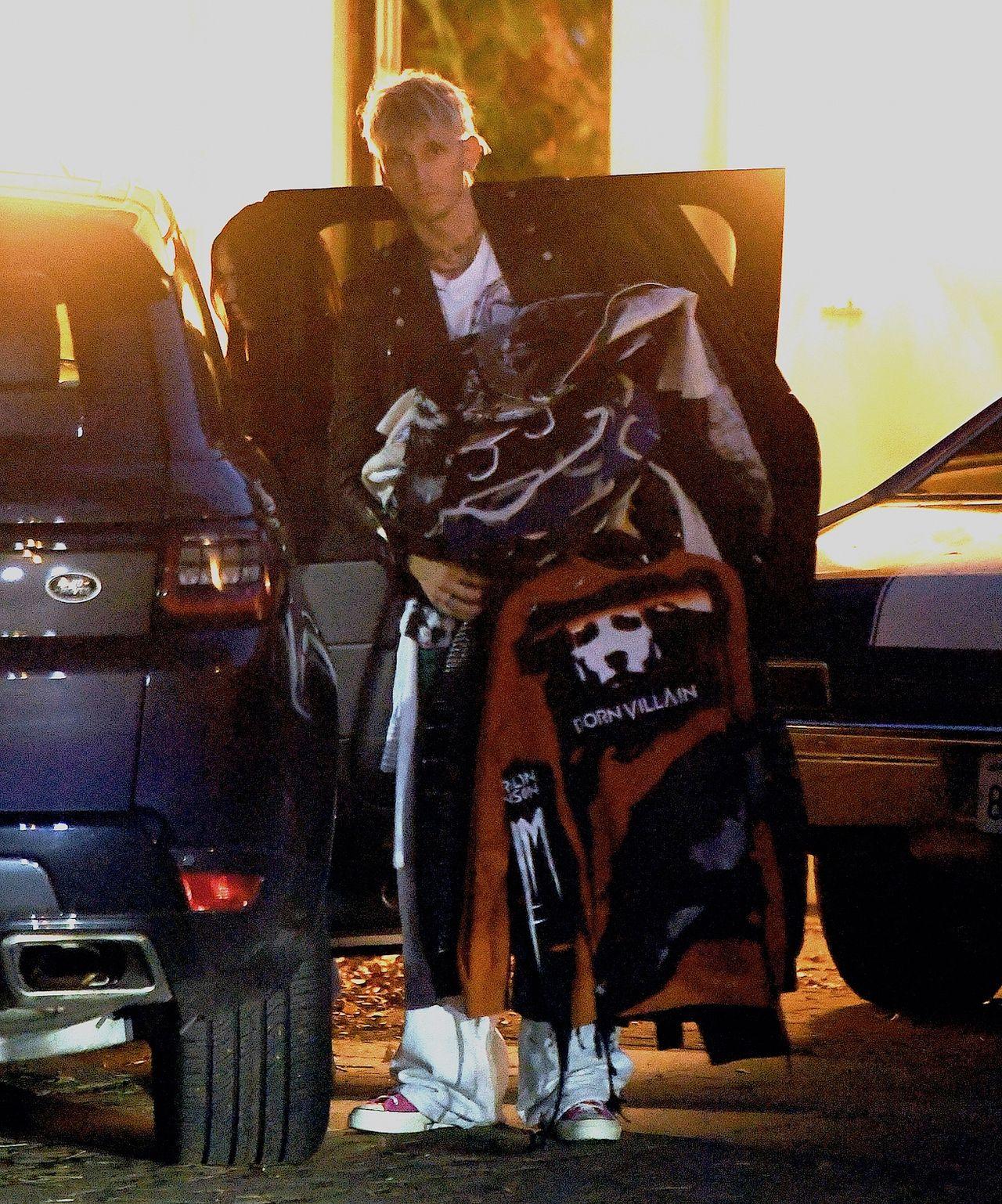 Machine Gun Kelly i Megan Fox pakują rzeczy do samochodu
