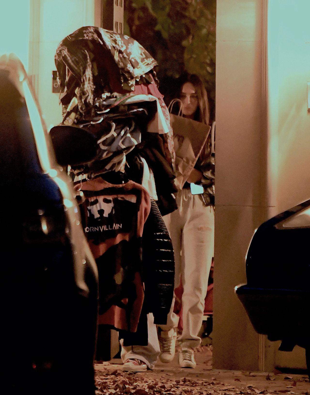 Machine Gun Kelly i Megan Fox wychodzą z domu rapera