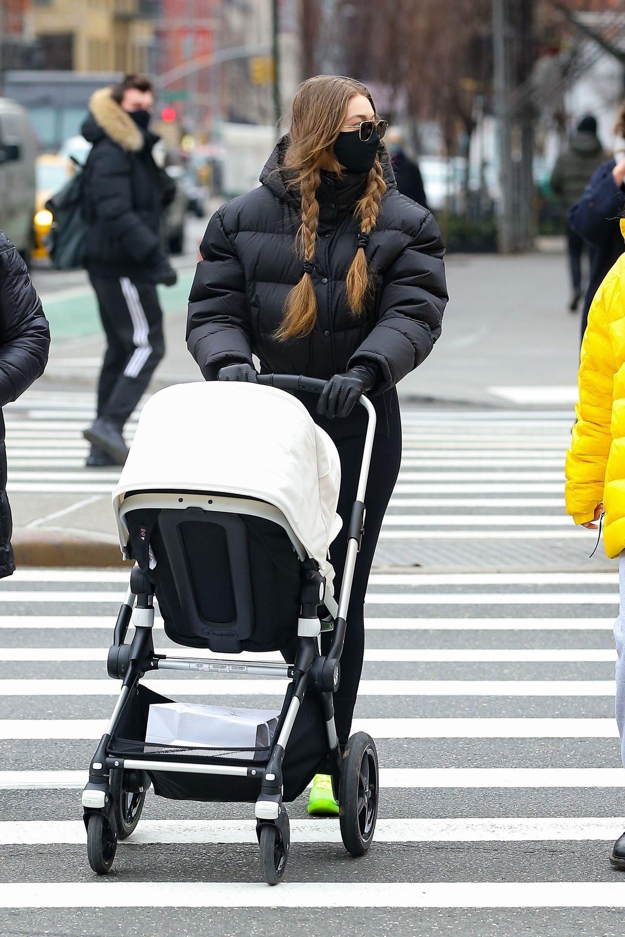 Gigi Hadid z córką na spacerze po Nowym Jorku.