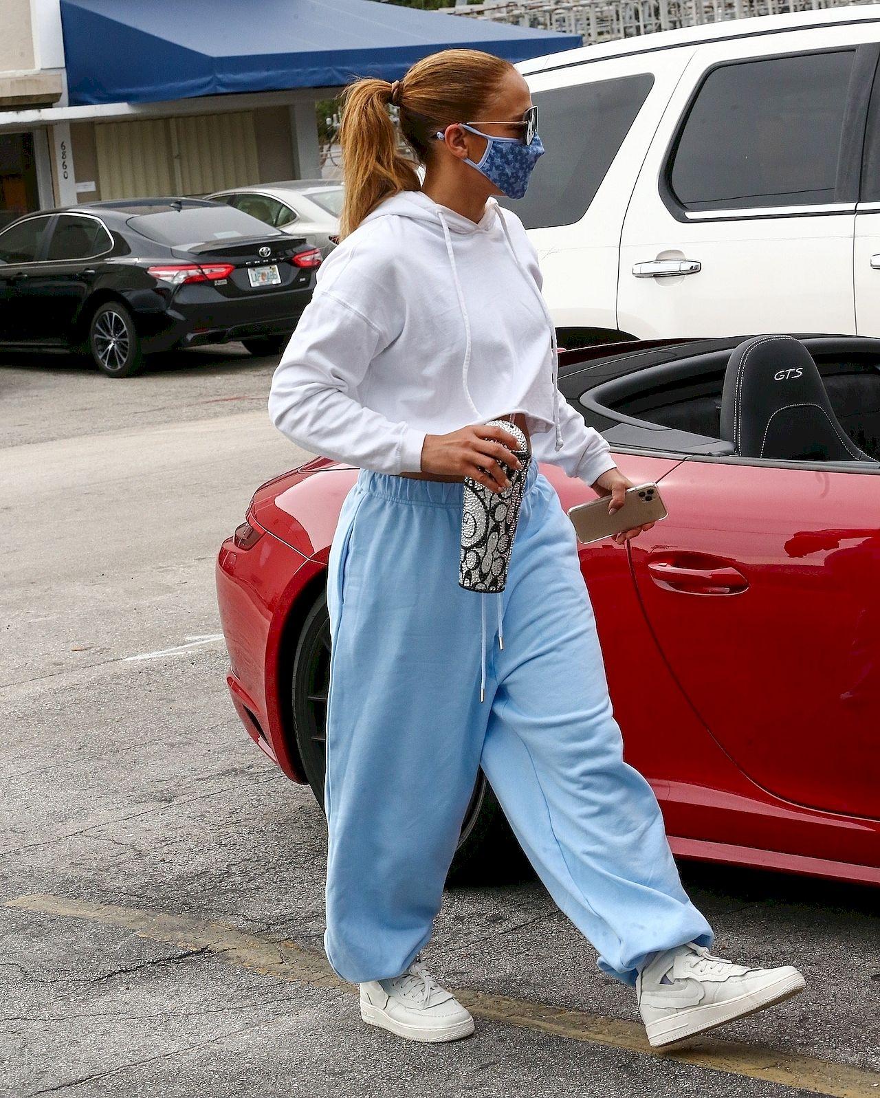 Jennifer Lopez w niebieskim dresie