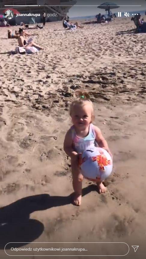 Joanna Krupa z córką na plaży