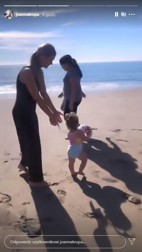 Joanna Krupa z córką na plaży, fot. Instagram