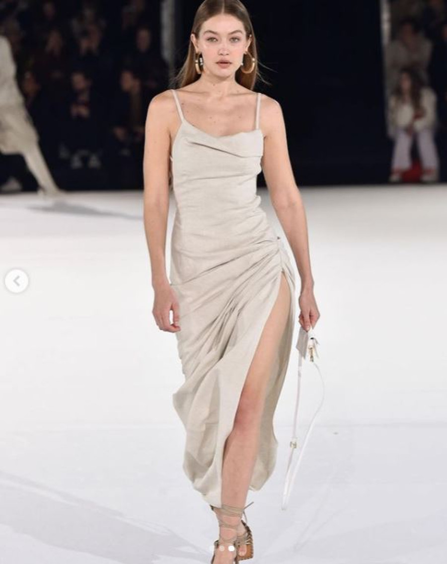 Gigi Hadid na pokazie mody, gdy była w ciąży.