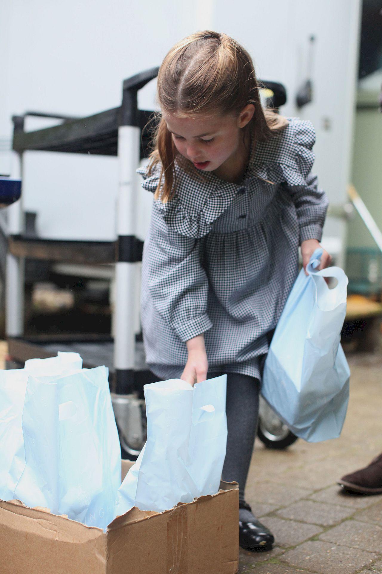 Księżniczka Charlotte pomaga roznosić posiłki dla potrzebujących