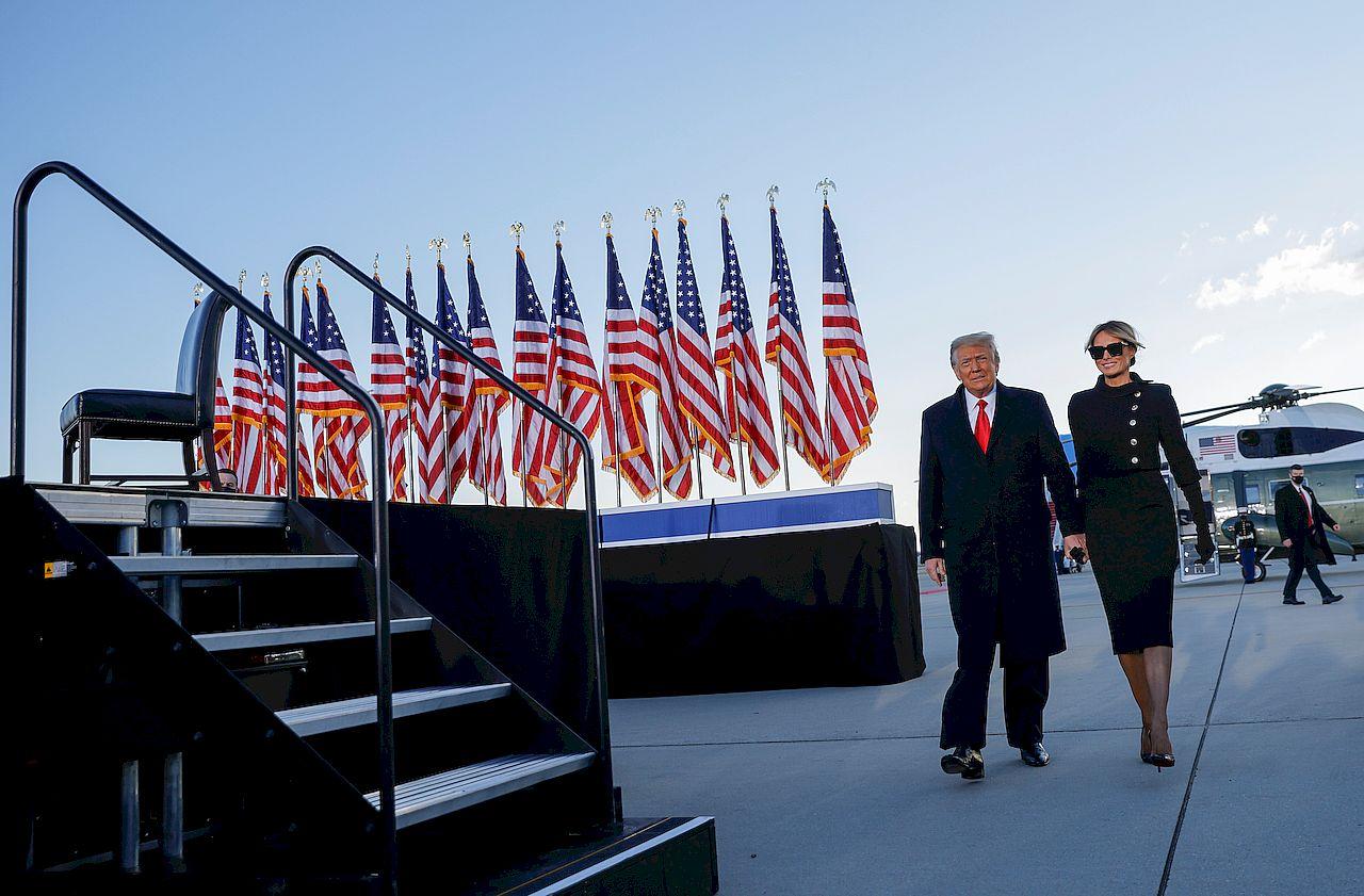 Donald Trump i Melania Trump opuszczają Biały Dom