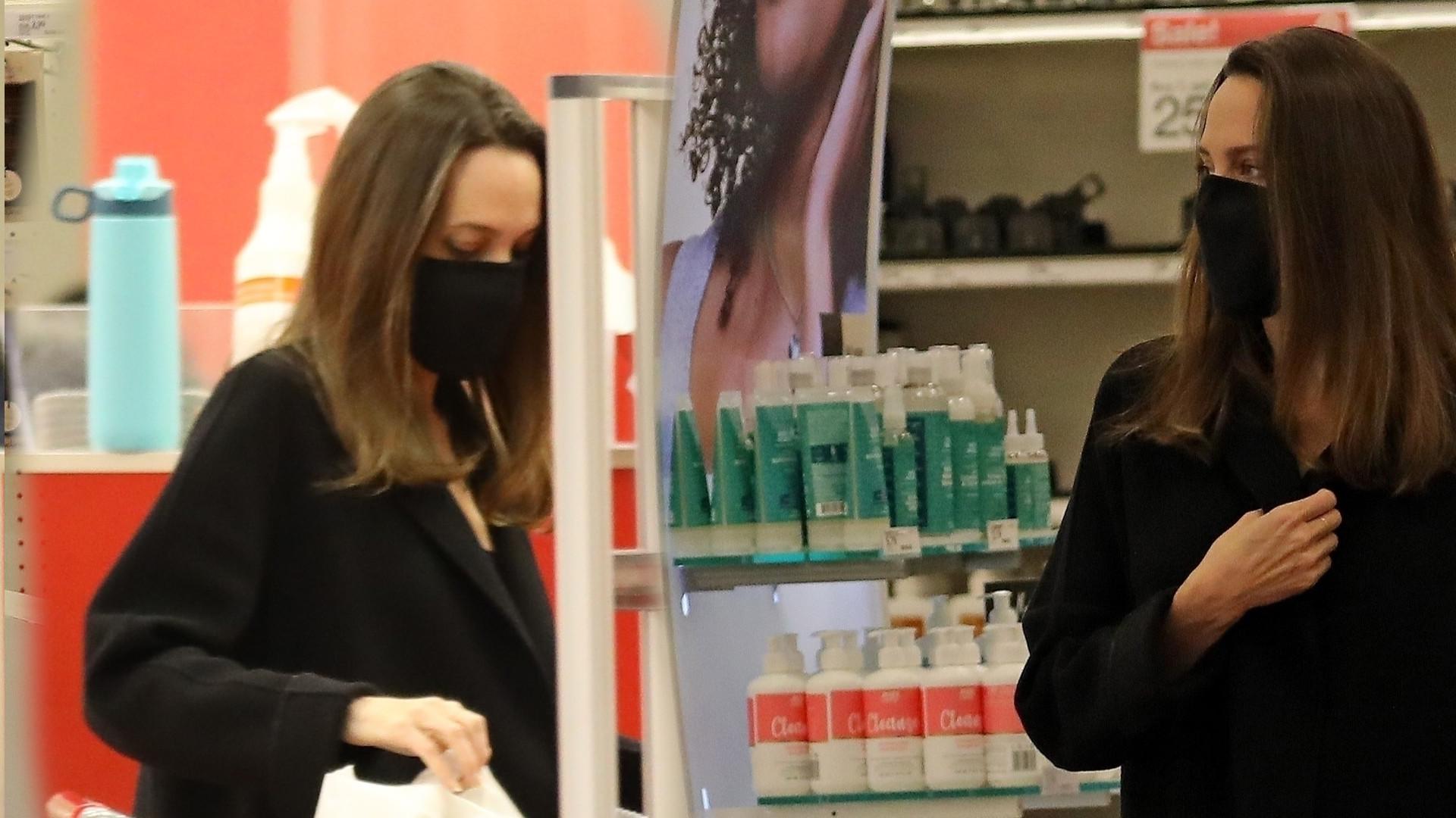 Angelina Jolie z Knoxem na zakupach w markecie. Wyglądał na ZNUDZONEGO