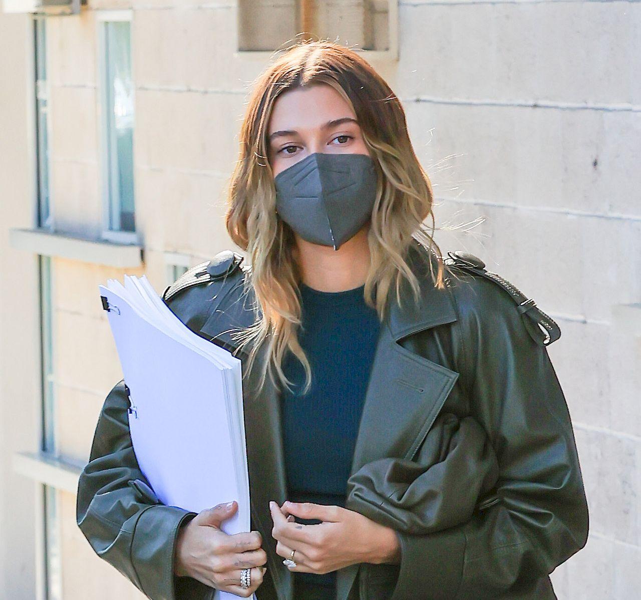 Hailey Bieber dopasowała maskę do płaszcza