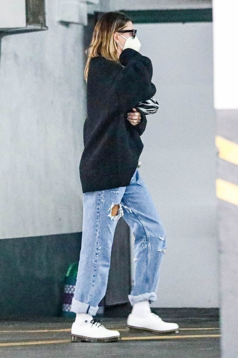 Hailey Bieber w luźnej stylizacji
