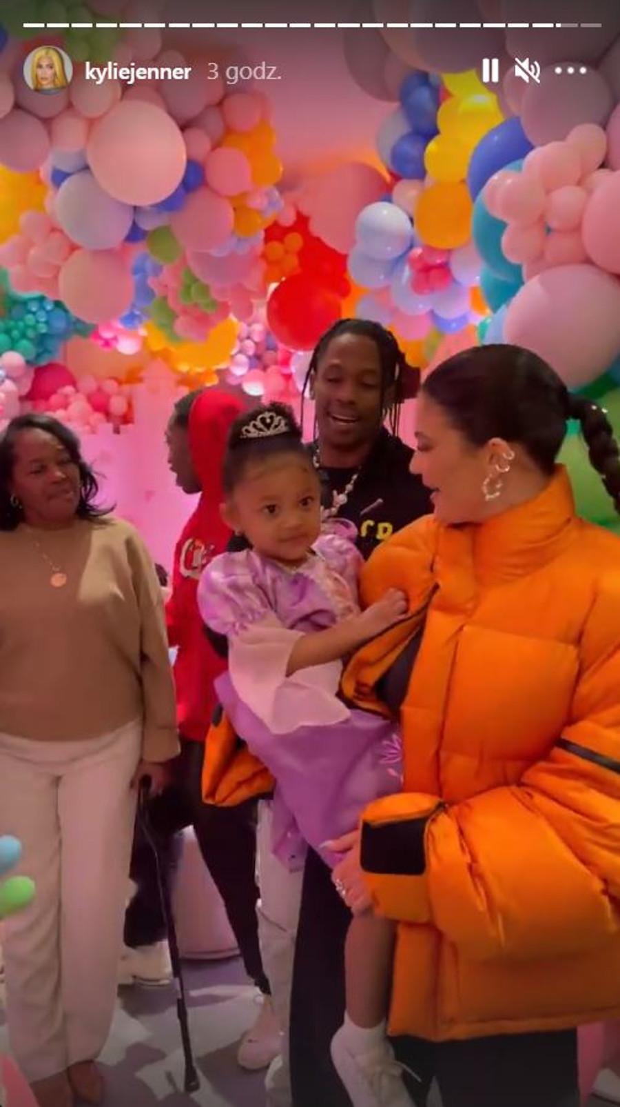 Kylie Jenner i Travis Scott na urodzinach córki.