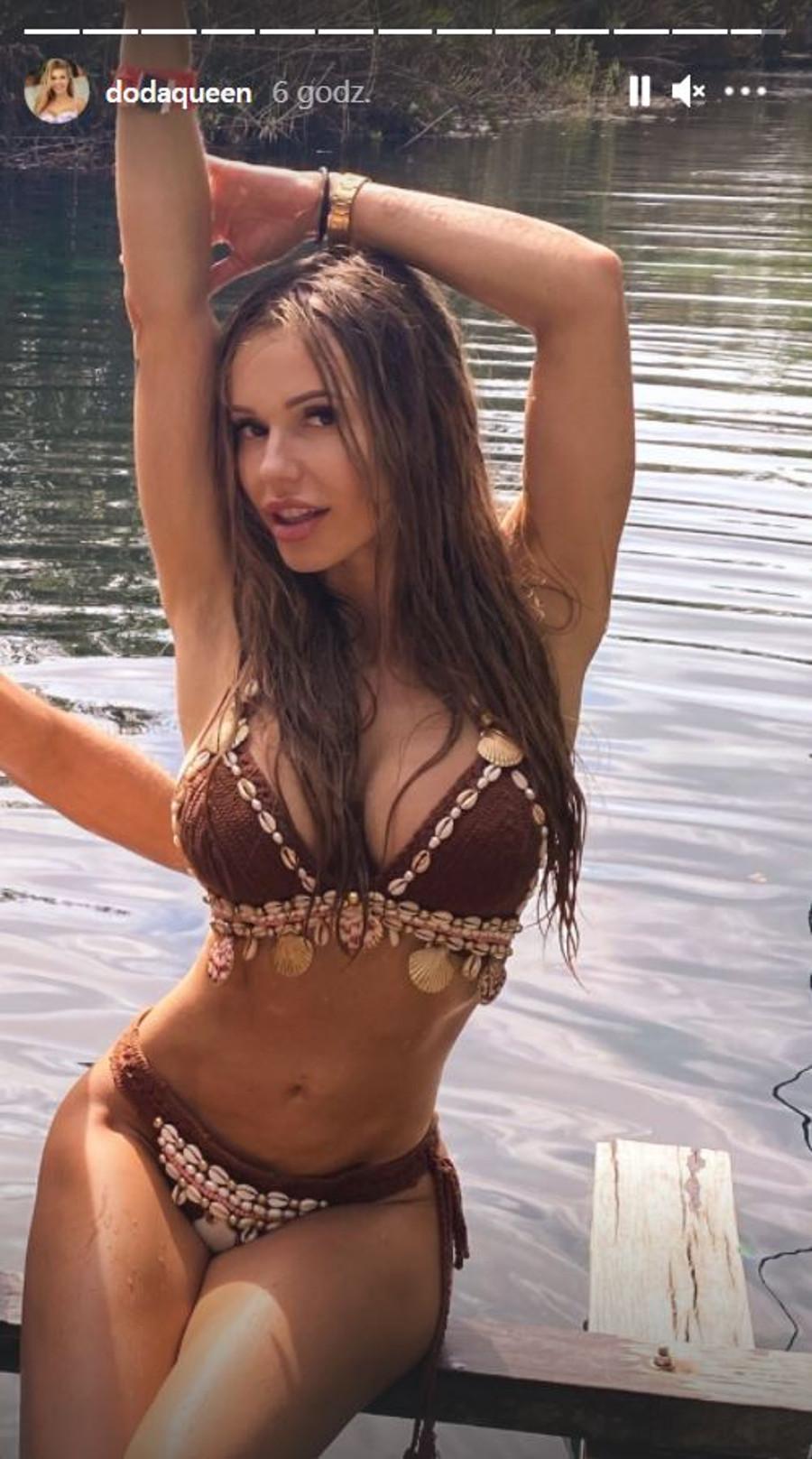Doda w plecionym bikini.