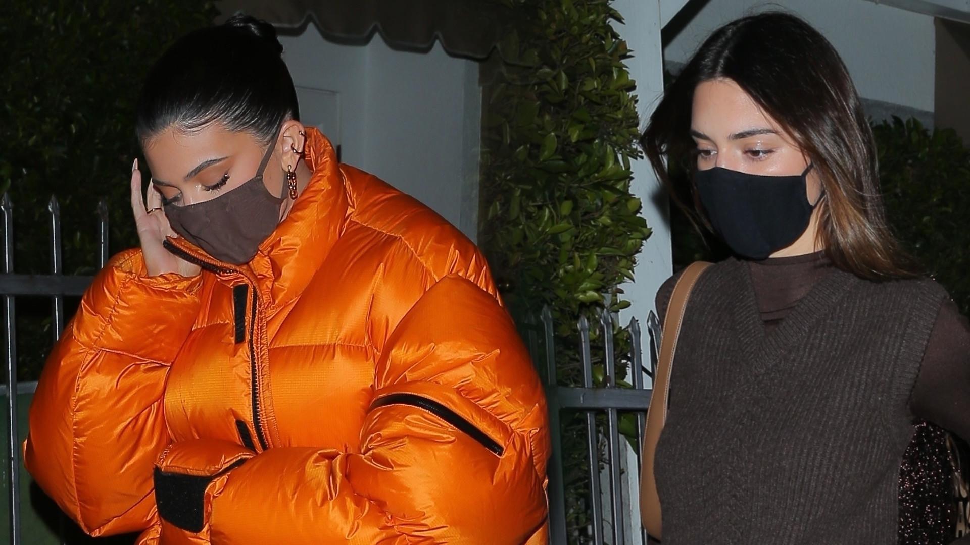 Kendall i Kylie Jenner na kolacji. Spodnie celebrytki to modowy koszmarek? (ZDJĘCIA)