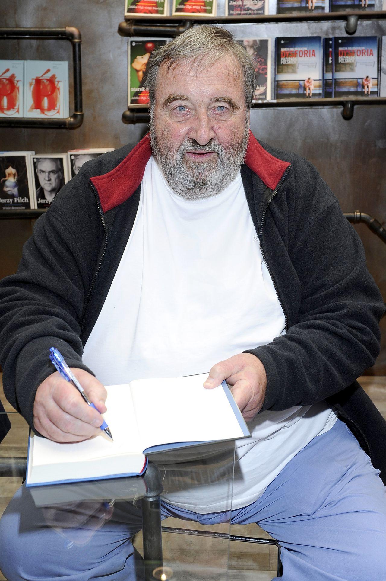 Krzysztof Kowalewski podpisuje książkę