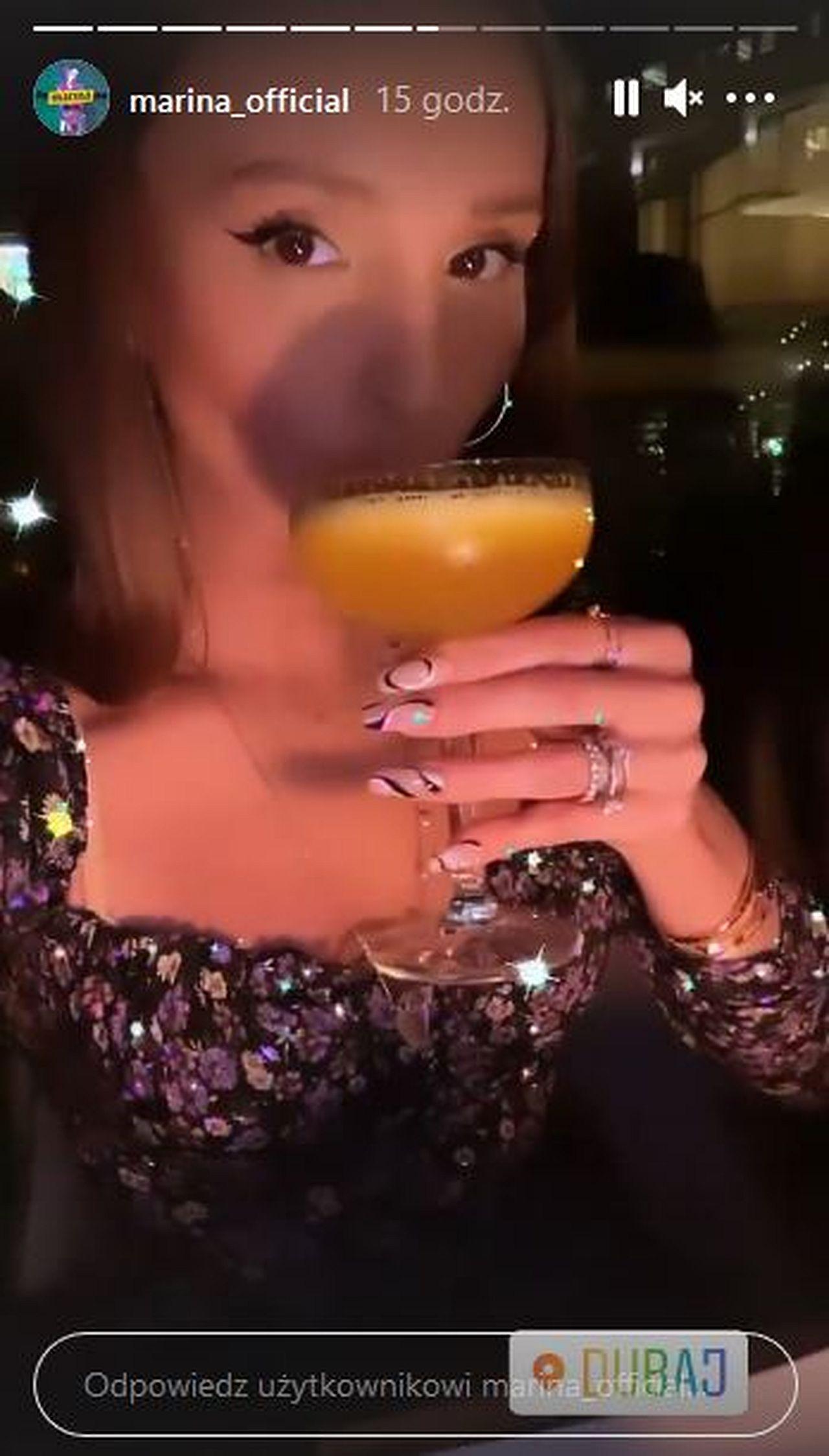 Marina pije drinka w Dubaju