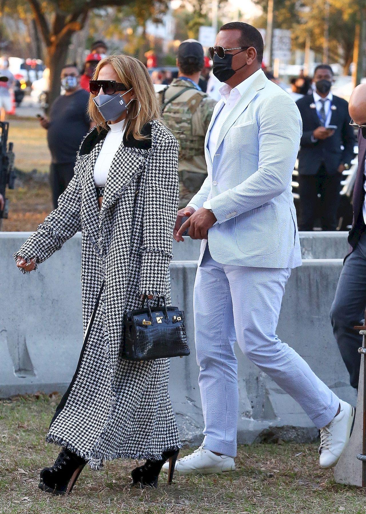 Jennifer Lopez w płaszczu Chanel