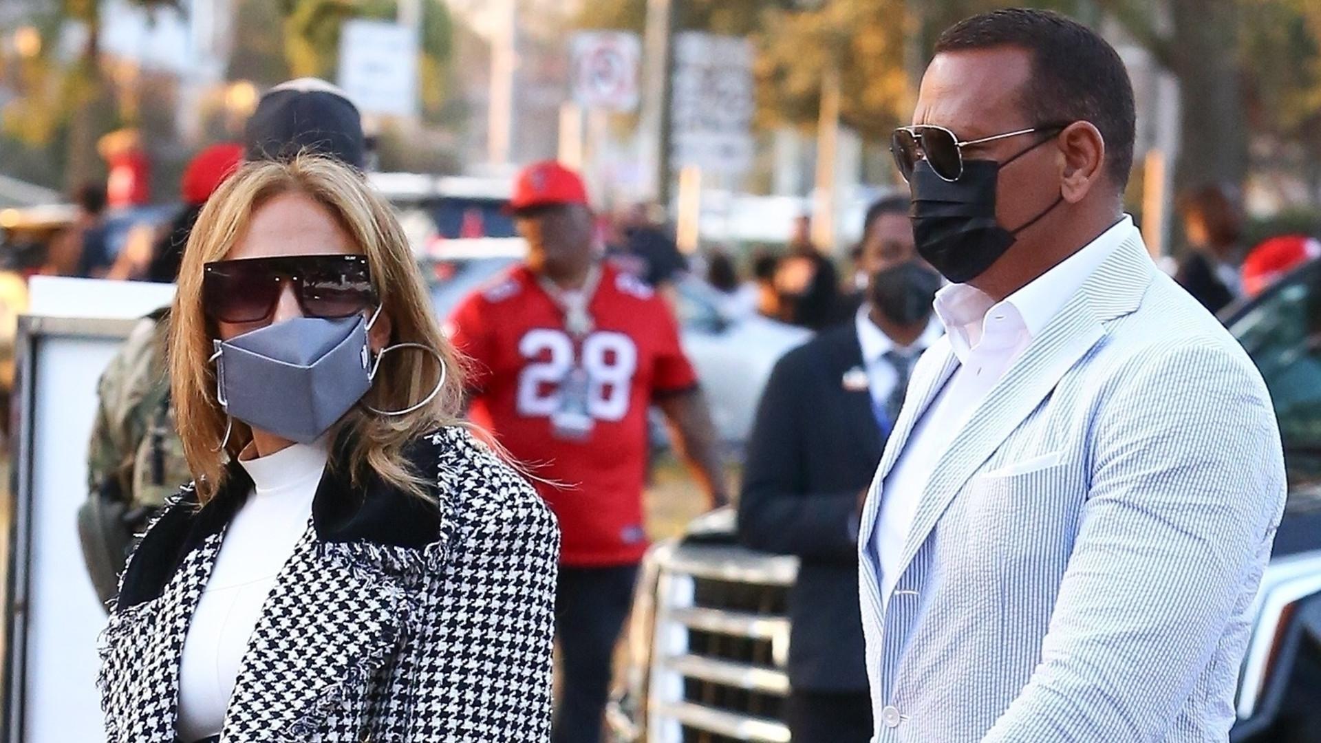 Jennifer Lopez z narzeczonym na Super Bowl w płaszczu Chanel i ryzykownych szpilkach (ZDJĘCIA)